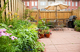 A privacy fence and garden protect an urban garden. (Photo: ImagesbyDebraLee/istockphoto.com)