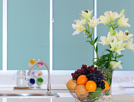 Look beyond tile when planning a kitchen backsplash. (Photo: gimbok/sxc.hu)