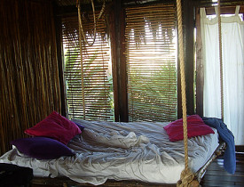 a tropical hanging bed via selkie30 in flickr