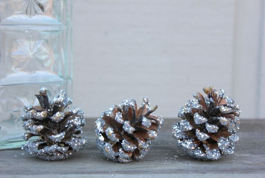 Glitter pine cones by The Elegant Nest via Hometalk.com.