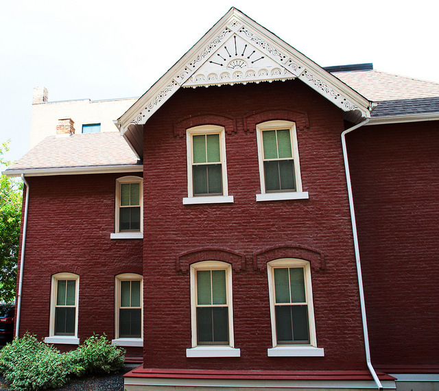 The Problem With Painting A Brick House Networx - Colors for red brick houses with siding